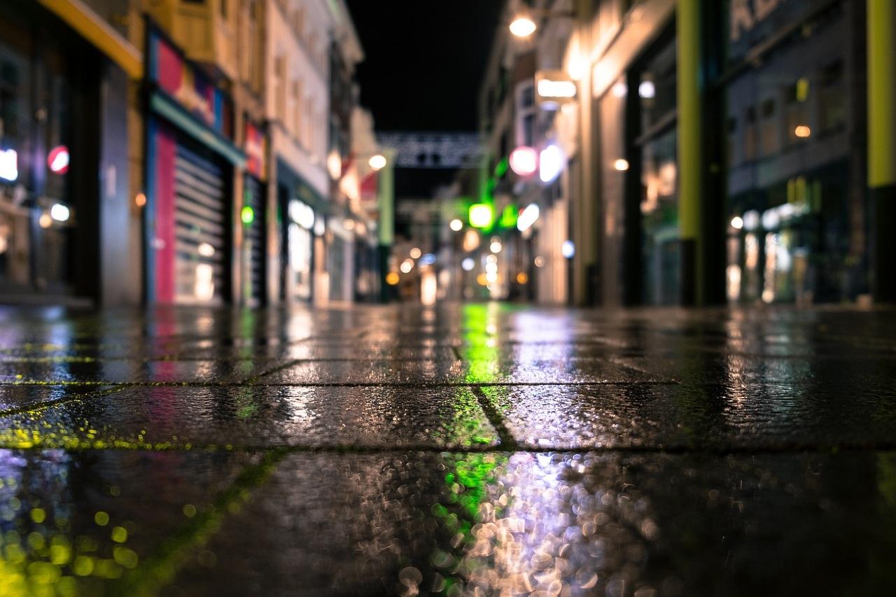 Calle comercial con negocios cerrados